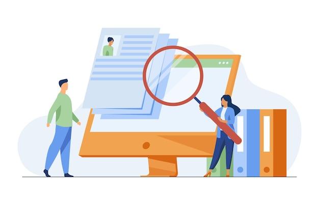 Diminuto gerente de recursos humanos en busca de un candidato para el trabajo. entrevista, lupa, pantalla de computadora ilustración vectorial plana. carrera y empleo vector gratuito
