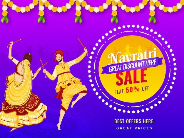 Diseño de banner de venta con oferta de descuento del 50% e ilustración de una pareja jugando dandiya con motivo del festival navratri. Vector Premium
