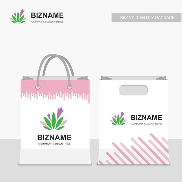 4939666c2 Diseño de bolsas de compras de la compañía con el logotipo rosado del tema  y de las hojas   Descargar Vectores Premium