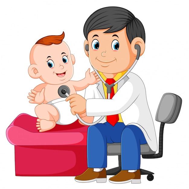 El doctor esta revisando al bebe Vector Premium