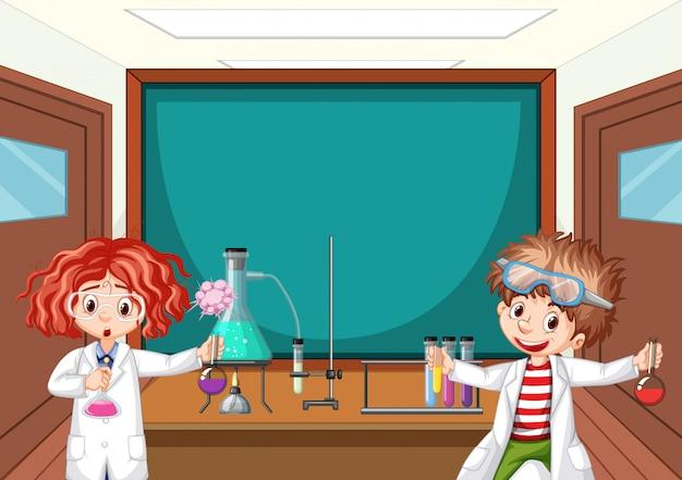 Dos estudiantes de ciencias trabajando en laboratorio en la escuela vector gratuito