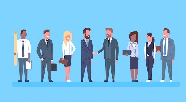 Dos hombres de negocios agitando las manos compañeros concepto sacudida de la mano gente de negocios equipo jefe exitoso de acuerdo Vector Premium