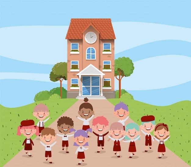 Edificio escolar con niños interraciales en la escena del camino. vector gratuito