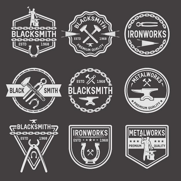 Emblemas blancos de herrero sobre fondo negro vector gratuito