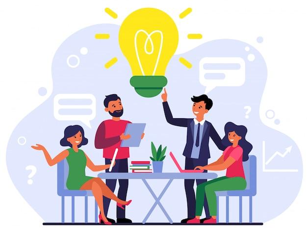 Empleados de la empresa compartiendo pensamientos e ideas. vector gratuito