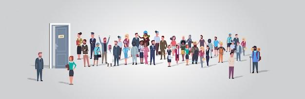 Empresarios candidatos de pie en línea de cola a puerta de la oficina de contratación de empleo concepto de empleo diferente ocupación grupo de trabajadores esperando entrevista horizontal de longitud completa Vector Premium