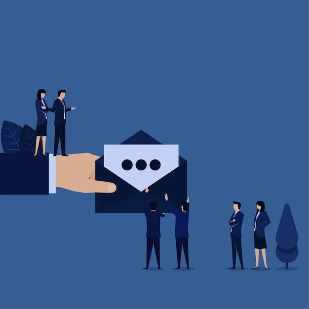 Las empresas reciben una nueva carta de correo electrónico del gerente. Vector Premium