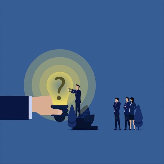 El equipo del negocio puso el signo de interrogación en la idea de la metáfora del bulbo de la idea de. Vector Premium