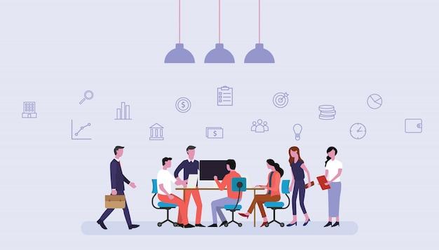 Equipo de negocios trabajando juntos en la oficina con iconos financieros Vector Premium