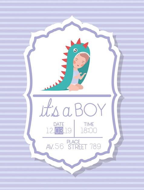 Es una tarjeta de baby shower infantil con niño disfrazado. vector gratuito