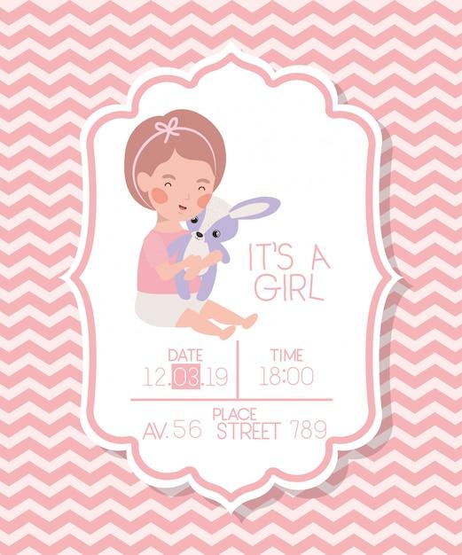 Es una tarjeta de baby shower de niña con niño y conejo relleno. vector gratuito