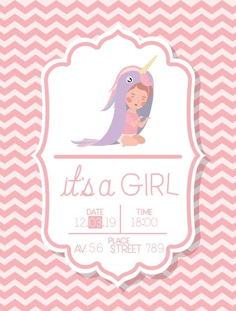 Es una tarjeta de baby shower de niña con niño disfrazado. vector gratuito