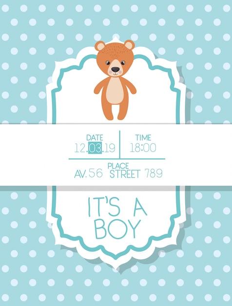Es una tarjeta de baby shower de niño con osito de peluche. vector gratuito