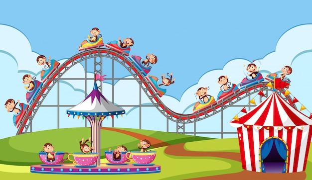Escena con monos montando en circo en el parque vector gratuito