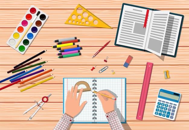 Escritorio de madera para estudiantes. Vector Premium