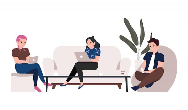 Espacio de trabajo conjunto e ilustración del concepto independiente. jóvenes que trabajan en computadoras portátiles, teléfonos inteligentes y tabletas en el lugar de trabajo de la oficina moderna compartida Vector Premium