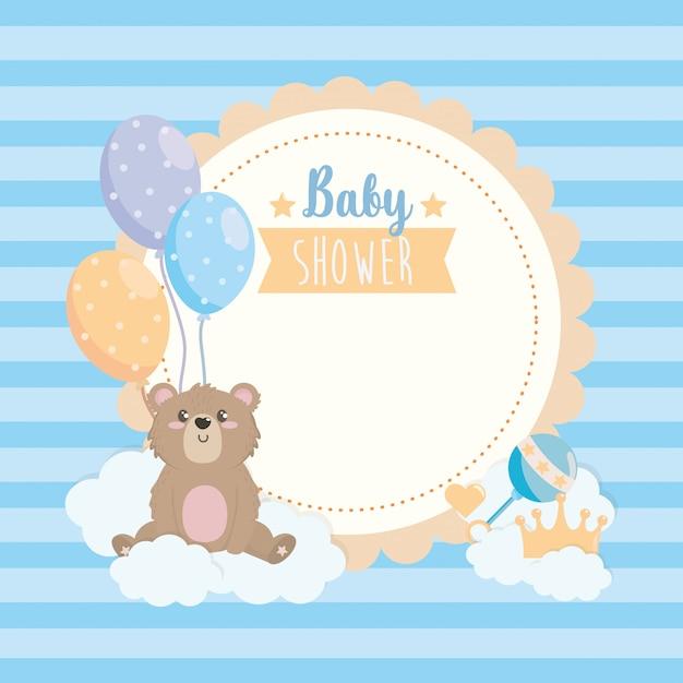 Etiqueta de oso de peluche con globos y nubes. vector gratuito