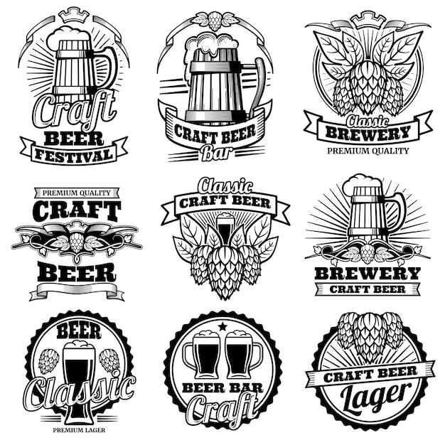 Etiquetas del vector de la barra de la bebida de la cerveza del vintage emblemas y logos de cervecería retro con lúpulo y taza. Vector Premium