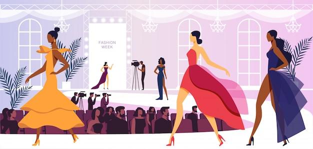 Evento de la semana de la moda con modelos de beautiful women walking on podium, presentando una nueva colección de vestidos. presentación de audiencia y camarógrafos. Vector Premium