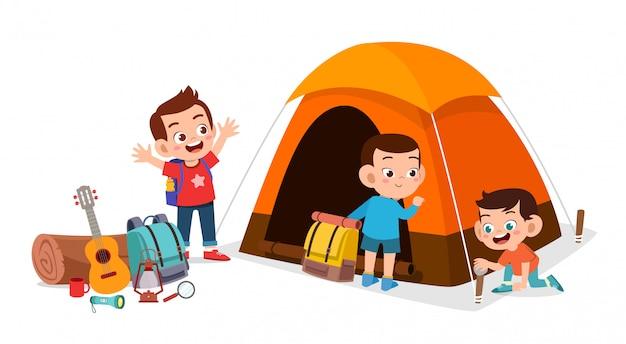 Felices niños lindos campamento al aire libre vacaciones de verano Vector Premium