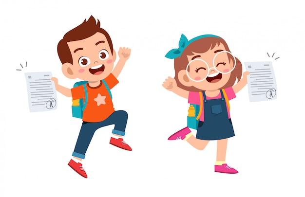 Felices los niños lindos tienen buena nota de examen Vector Premium