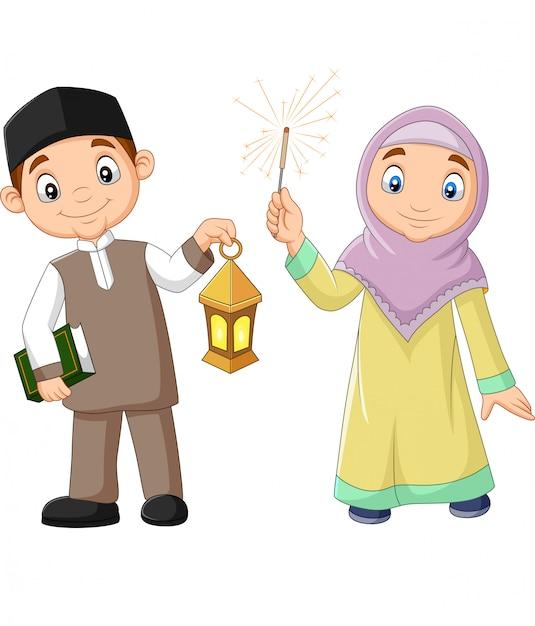 Felices niños musulmanes con libro de corán y linterna de ramadán Vector Premium
