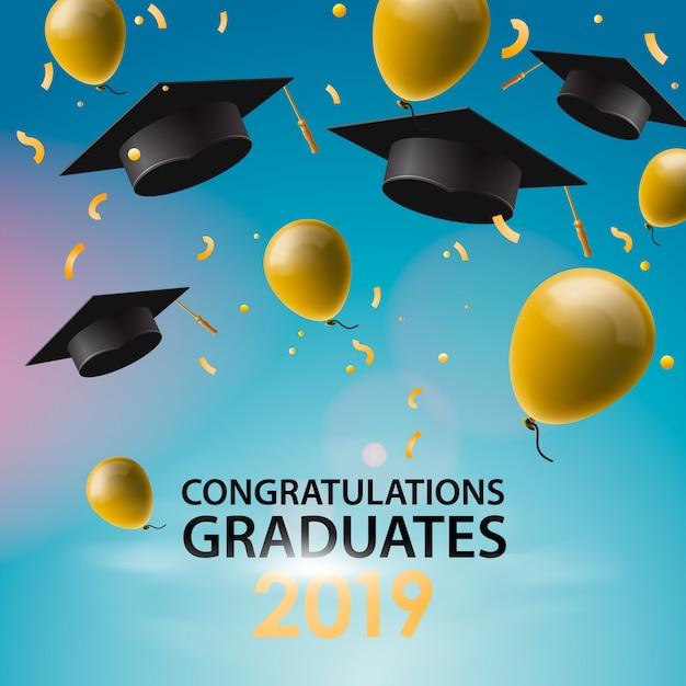 Felicitaciones graduados, gorras, globos y confeti sobre un fondo de cielo azul. gorras levantadas. tarjeta de invitación con diplomas, ilustración. Vector Premium