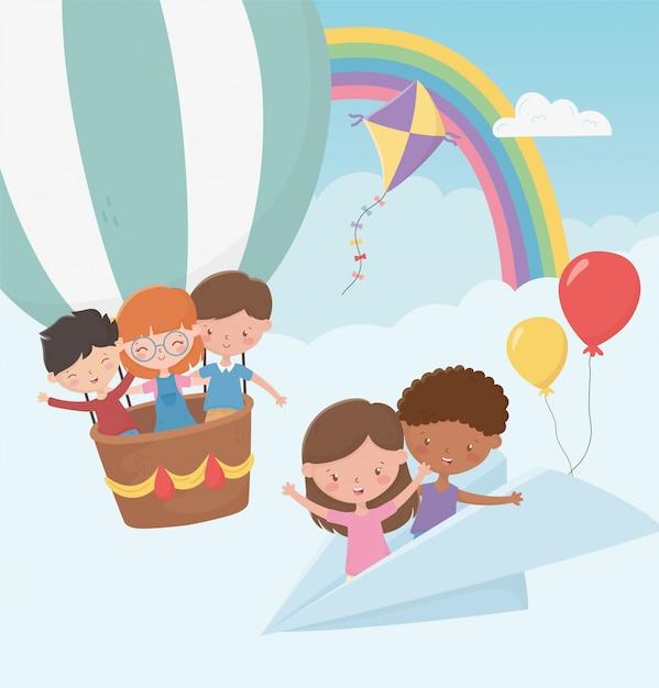 Feliz día de los niños, niños volando con avión de papel y globo aerostático Vector Premium