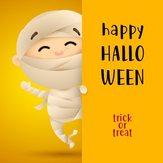 Feliz halloween letras con niño disfrazado de momia vector gratuito