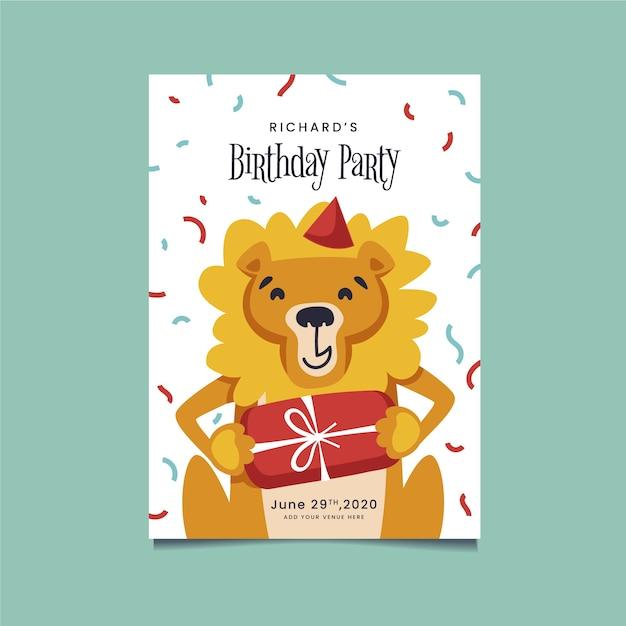 Feliz león sosteniendo una invitación de cumpleaños regalo envuelto vector gratuito