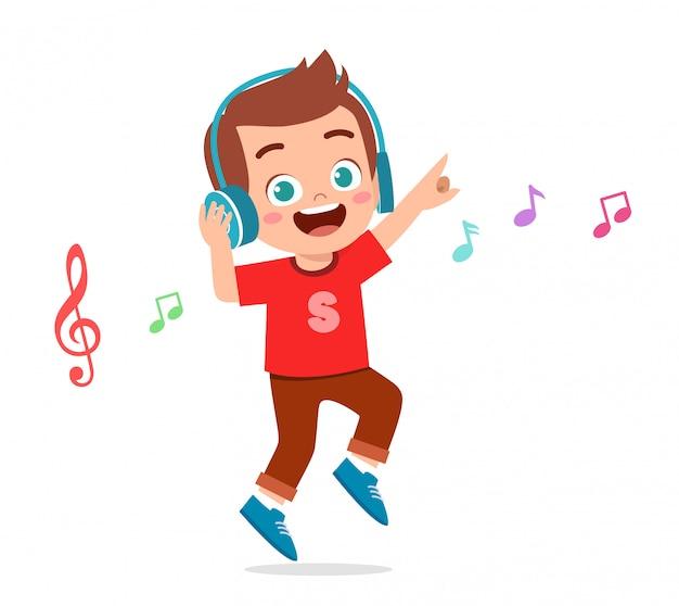 Feliz niño lindo niño escucha música Vector Premium