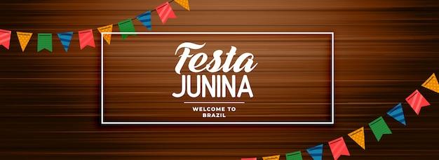 Festa junina banner de madera con decoración de guirnalda. vector gratuito