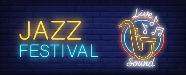 Festival de jazz con señal de neón de sonido en vivo. saxofón amarillo con signos de melodía voladora vector gratuito