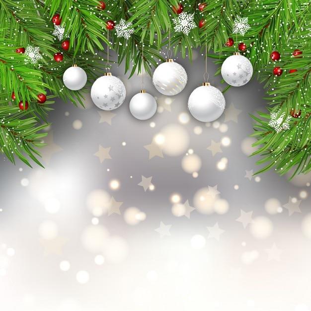Fondo bokeh desenfocado con bolas de navidad y hojas de fir ...