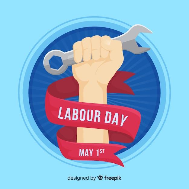 Fondo día del trabajo mano sosteniendo llave inglesa vector gratuito
