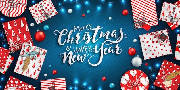 Fondo de feliz navidad y feliz año nuevo con adornos coloridos, cajas de regalo rojas y azules y guirnaldas Vector Premium
