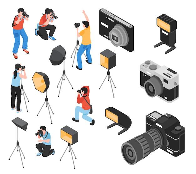 Fotógrafo profesional y equipo de trabajo que incluye cámaras, trípode, instalaciones de iluminación isométrica vector gratuito