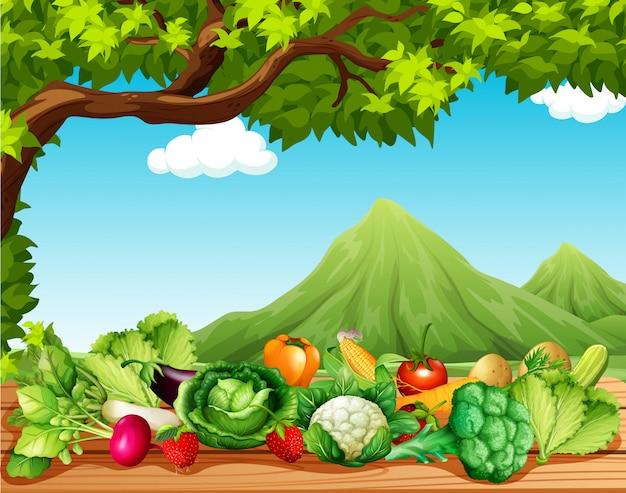 Frutas y verduras en la mesa. vector gratuito