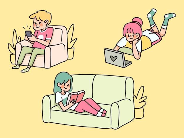 Gente aburrida casa cuarentena perezoso sentado en el sofá y usando electrónica quedarse en casa Vector Premium