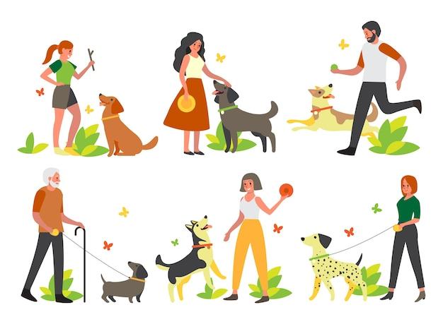 Gente caminando y jugando con sus perros. colección de personajes femeninos y masculinos felices y mascotas pasan tiempo juntos. amistad entre animal y persona. Vector Premium