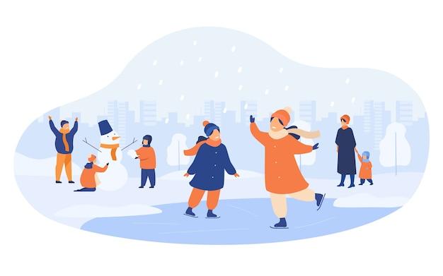 Gente caminando en el parque de invierno aislado ilustración vectorial plana. dibujos animados de hombres, mujeres y niños patinando sobre hielo y haciendo muñeco de nieve. vector gratuito