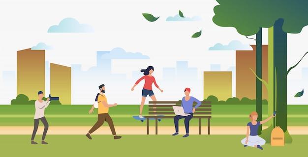 Gente haciendo deporte, relajándose y tomando fotos en el parque de la ciudad. vector gratuito