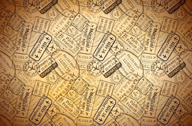 Una gran cantidad de sellos de goma de visas de viaje internacionales negras impresas en papel viejo, fondo vintage horizontal Vector Premium