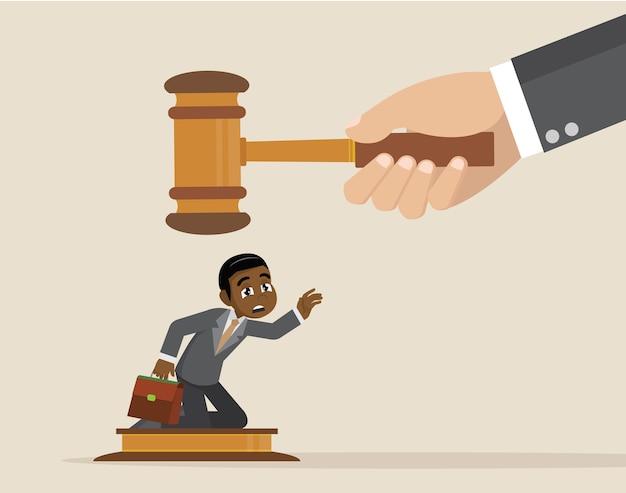 Gran juez golpeando martillo en pequeño empresario. Vector Premium