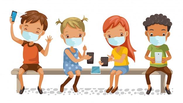 Grupo de máscaras para niños. niñas y niños con teléfono. sentado en una silla en la escuela. e-learning o tecnología educativa y nuevos conceptos normales. Vector Premium