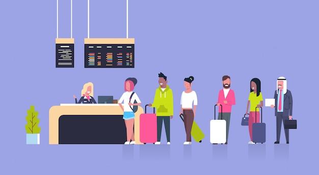 Grupo de pasajeros de la carrera mixta que se colocan en la cola para contrarrestar el check in del aeropuerto, concepto de la junta de salidas Vector Premium