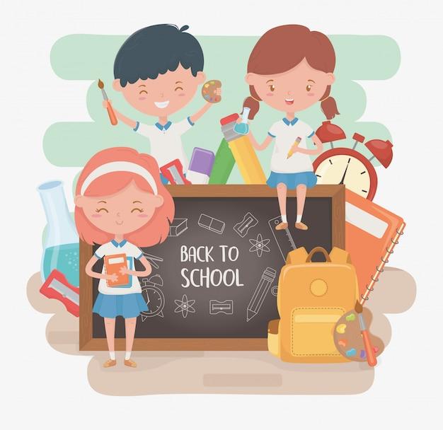 Grupo de pequeños alumnos con pizarra y útiles escolares. vector gratuito