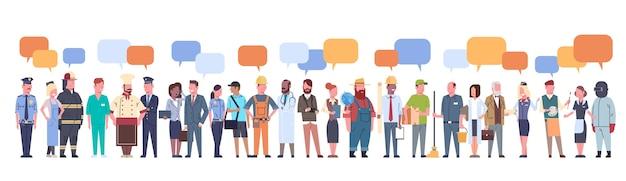 Grupo de personas con chat bubble conjunto de diferentes ocupaciones Vector Premium