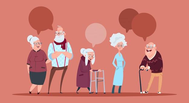 Grupo de personas mayores con chat bubble caminando con bastón abuelo moderno y abuela encuadre de cuerpo entero Vector Premium