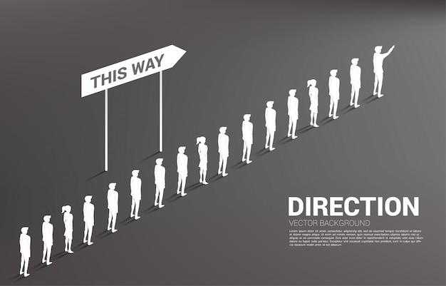 Grupo de silueta de cola de hombre de negocios con dirección. concepto de empresa y dirección del equipo. Vector Premium